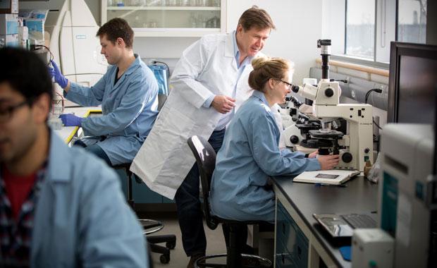 Д-р Дмитро Євтушенко, керівник досліджень в галузі картопляних наук в університеті Летбридж, зі своїми учнями та партнерами з місцевої промисловості